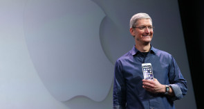 Apple_CEO_Tim_Cook_mit_Apple_Watch_und_iPhone.jpg