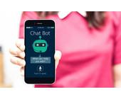 Frau mit Chatbot