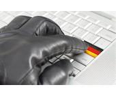 Hacker und Deutsche Flagge auf Tastatur
