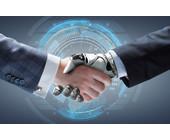 Roboter und Mensch schütteln sich die Hand