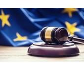 Gerichtshammer mit EU-Flagge im Hintergrund